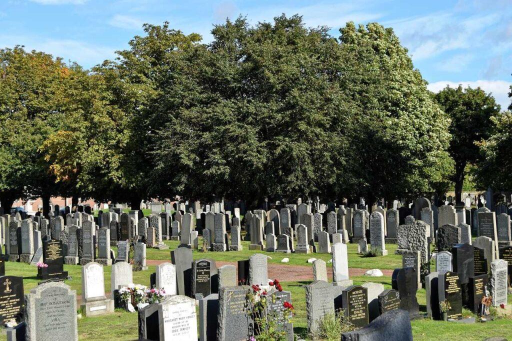 Generalreinigung auf dem Friedhof
